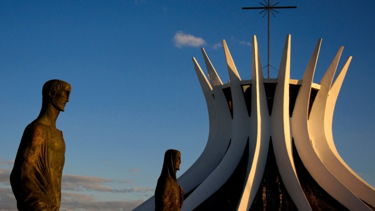 catedral-metropolitana-de-brasilia-projetada-por-oscar-niemeyer-em-1958-  Oscar Niemeyer, uma lenda viva catedral metropolitana de brasilia projetada por oscar niemeyer em 1958 1336164648459 2 e1348654989201