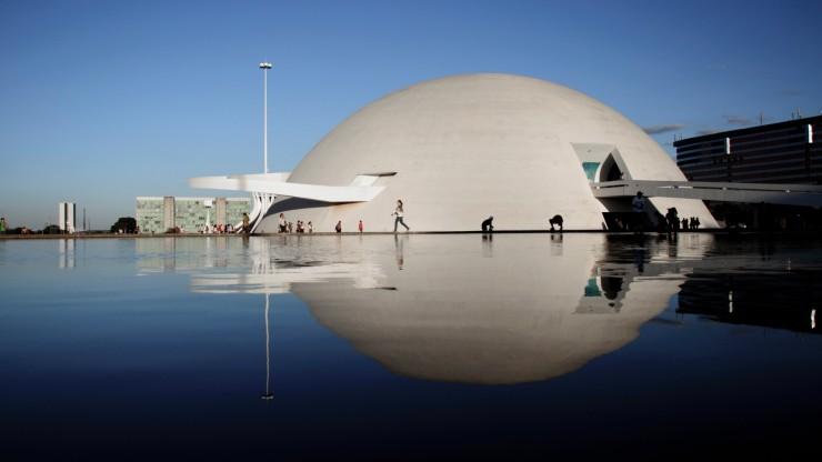 predio-do-museu-nacional-de-brasilia-desenhado-por-oscar-niemeyer-  Oscar Niemeyer, uma lenda viva predio do museu nacional de brasilia desenhado por oscar niemeyer e inaugurado em 2006 1336164665397  e1348653755751