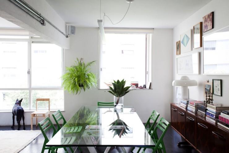 """""""A claridade que as janelas permitem, dá um toque de frescura que combina com o verde das cadeiras.""""  DECORAÇÃO: O lar de Maurício Arruda em São Paulo Apto Mauricio Arruda 4 e1350642934773"""