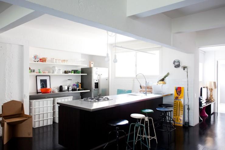 """""""Cozinha de Maurício Arruda, simples mas eficiente.""""  DECORAÇÃO: O lar de Maurício Arruda em São Paulo Apto Mauricio Arruda 5 e1350642961871"""