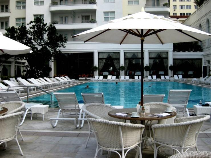 """""""Copacabana Palace Hotel, com a piscina linda e simples onde nos podemos banhar nos dias de maior calor.""""  Lifestyle - O requinte do Hotel Copacabana Palace pool capacabana palace e1349691896853"""