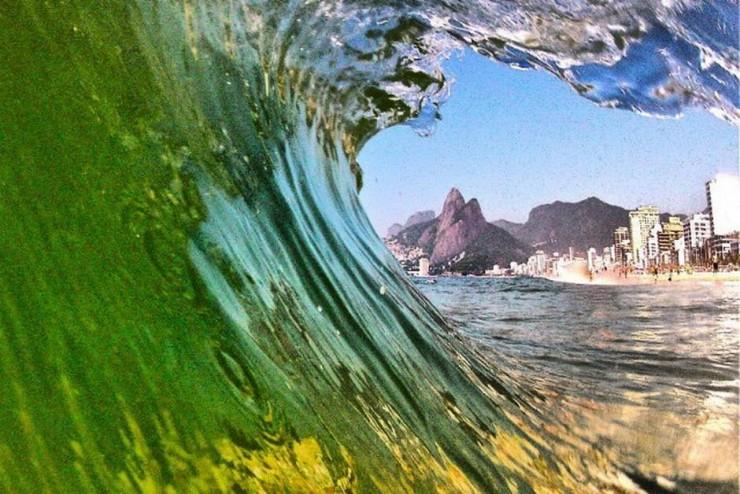 ricardo - sombra  Morro dos Dois Irmãos no tubo da onda ricardo sombra e1355839610376