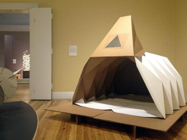 """""""Cardborigami, uma casa feita de cartão com formato em origami para ajudar os sem-teto.""""  Design funcional para ajudar os sem-teto Cardborigami1"""