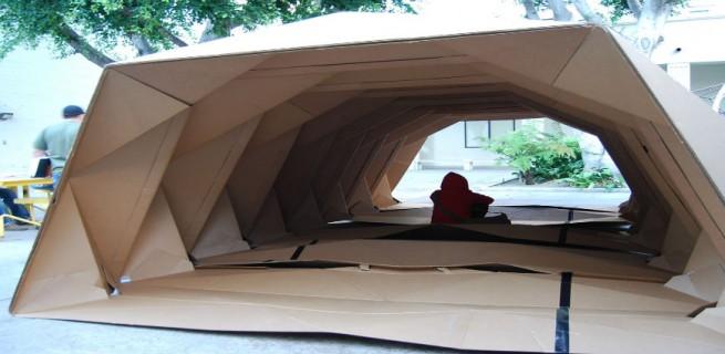 """""""Cardborigami, uma casa feita de cartão com formato em origami para ajudar os sem-teto."""""""