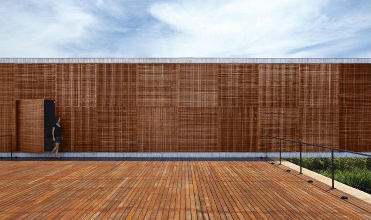 """""""Combinação de cimento e madeira marca casa de Guilherme Torres.""""  Casa de Arquitecto: Guilherme Torres e sua simplicidade BTHouseGuilhermeTorres"""