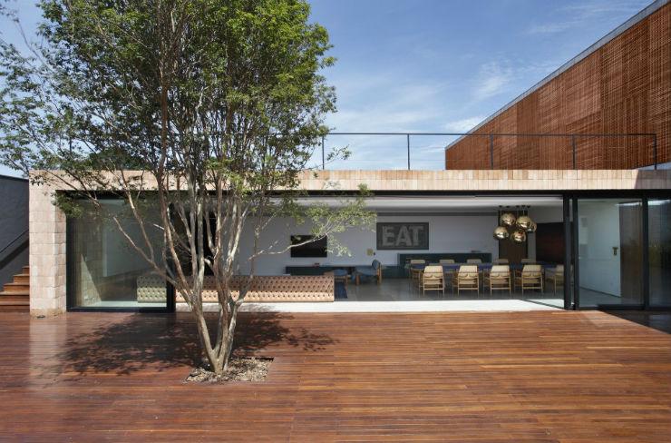 """""""Vista exterior da BT House.""""  Casa de Arquitecto: Guilherme Torres e sua simplicidade GuilhermeToressvistadefora"""
