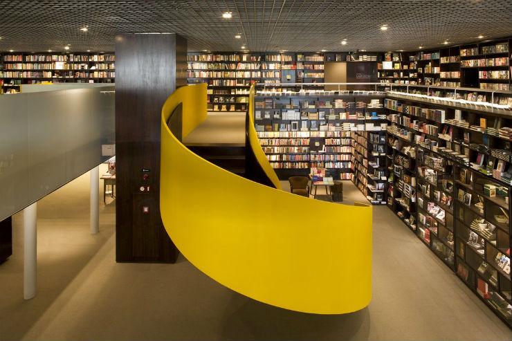 """""""Livraria da Vila e sua escadaria interior.""""  Arquitetura: a livraria de sonho por Isay Weinfeld Livrariadavila interior"""