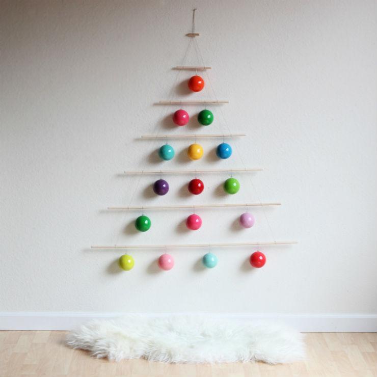 """""""Árvore de Natal feita com bolas na parede""""  Decoração: 10 Árvores de Natal exóticas arvoredenatalbolasnaparede"""