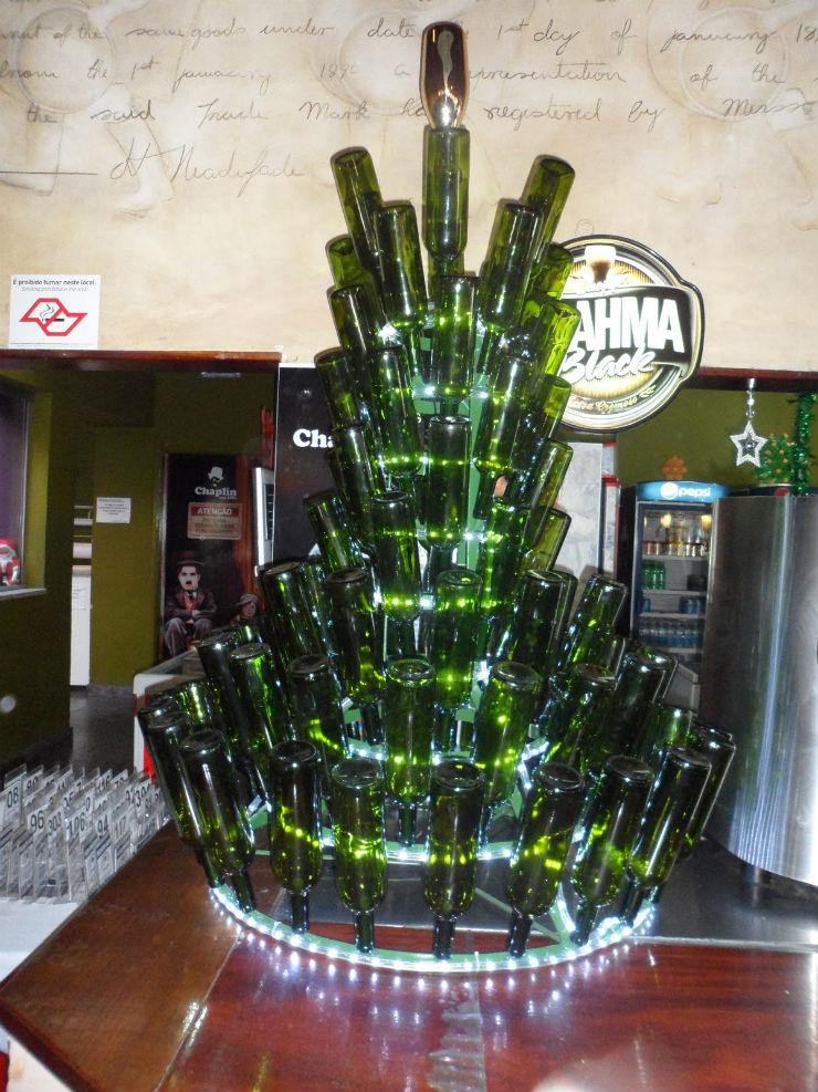"""""""Árvore de Natal feita com garrafas""""""""  Decoração: 10 Árvores de Natal exóticas arvoredenatalcomgarrafas"""