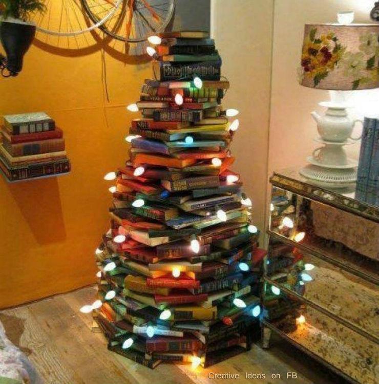 """""""Árvore de Natal feita de livros""""  Decoração: 10 Árvores de Natal exóticas arvoredenataldelivros"""
