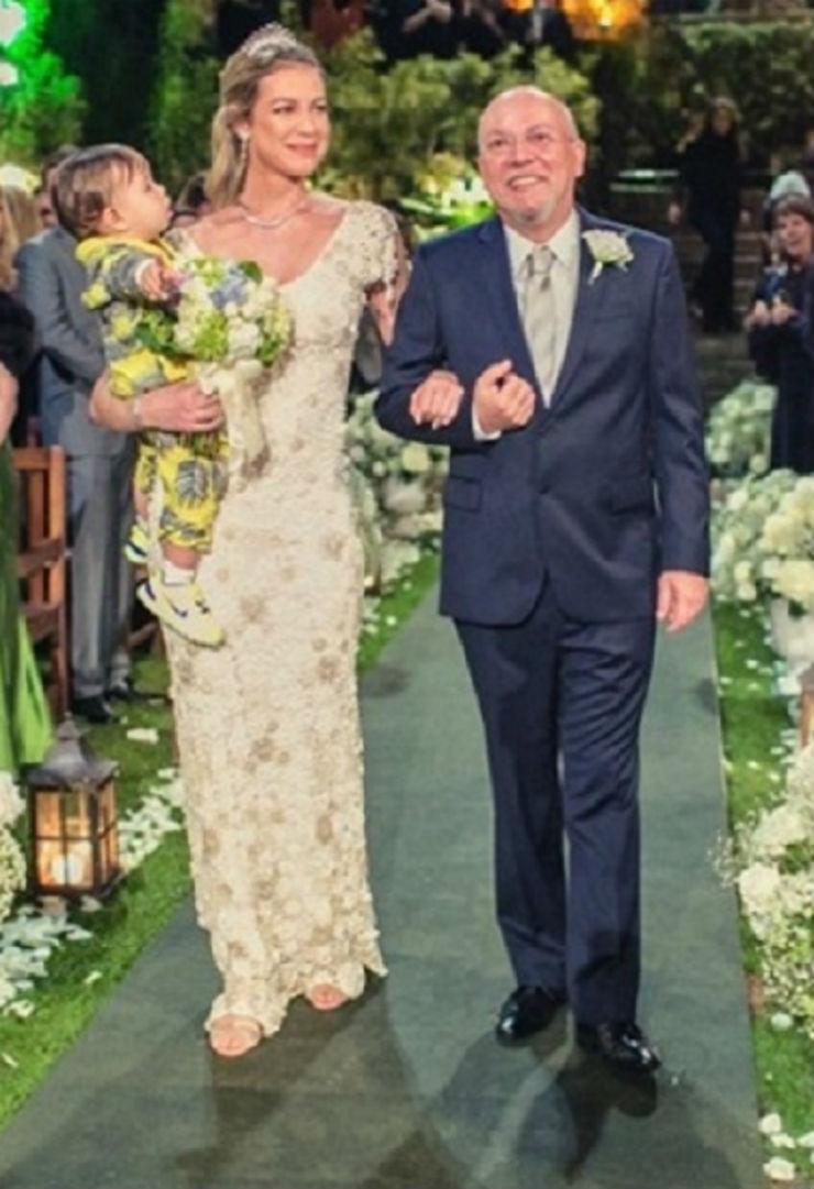 """""""Luana Piovani entrando na igreja""""  Lifestyle: 10 casamentos que marcaram 2013 luana piovani casamento"""