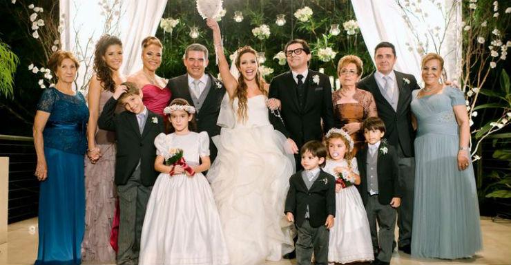 """""""Renata Domingues e o noivo no dia do casamento""""  Lifestyle: 10 casamentos que marcaram 2013 renata dominguez e spinello e familia"""