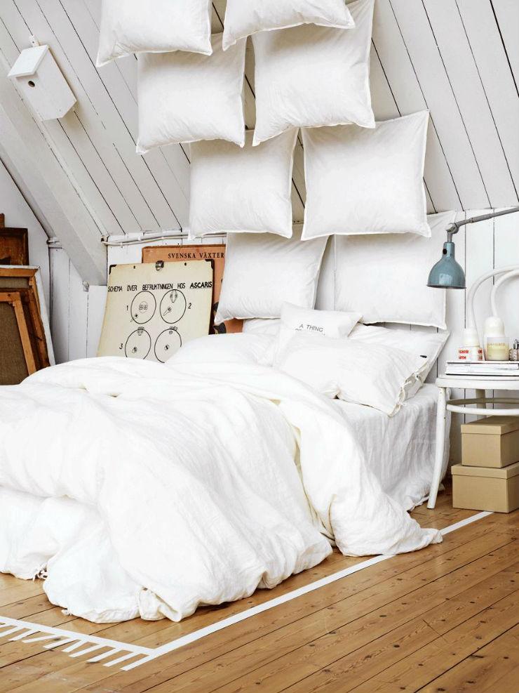 """""""Quarto branco com almofadas como elemento de decoração""""  Decoração:10 quartos brancos quartobrancosotao"""