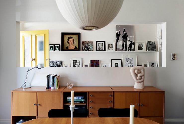 """""""Sala com quadros e fotos em prateleira""""   O desafio da lente: decorar com fotografia salacomfotosequadros"""