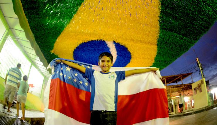 """""""Ruas do Brasil decoradas para a Copa""""  Decorações e Clima da Copa inundam ruas do Brasil manaus rua copa"""