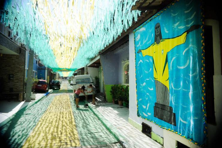 """""""Ruas do Brasil decoradas para a Copa""""  Decorações e Clima da Copa inundam ruas do Brasil rio de janeiro rua copa"""