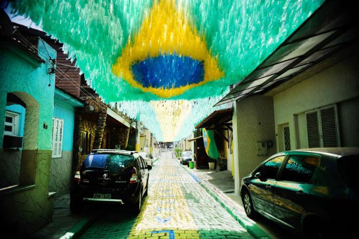 """""""Ruas do Brasil decoradas para a Copa""""  Decorações e Clima da Copa inundam ruas do Brasil rio de janeiro rua copa2"""