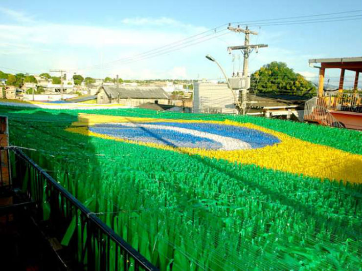 """""""Ruas do Brasil decoradas para a Copa""""  Decorações e Clima da Copa inundam ruas do Brasil rua copa manaus"""