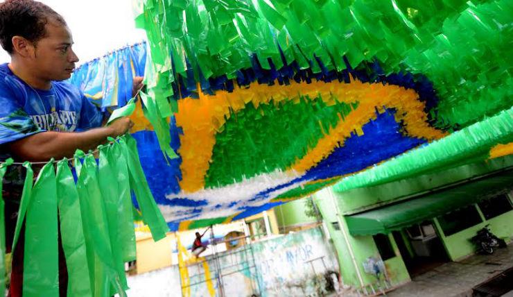 """""""Ruas do Brasil decoradas para a Copa""""  Decorações e Clima da Copa inundam ruas do Brasil ruas copa"""