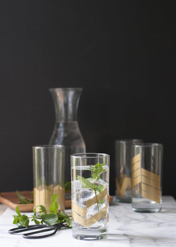 Apimentar o seu serviço de copos com estes desenhos geométricos simples em dourado. Puro luxo! (via Earnest Home Co.)  8 Projetos DIY que você pode fazer neste fim de semana 8 projetos diy voce pode fazer neste fim de semana 2