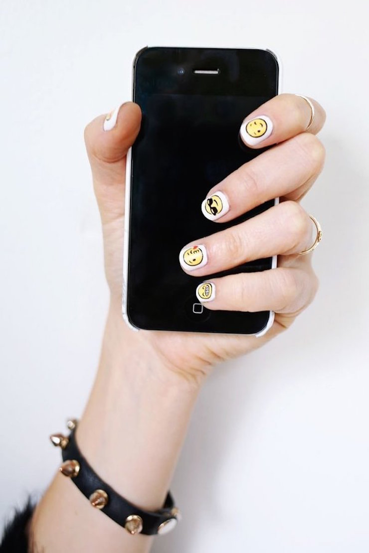 Para quem curte art nail, eis uma ideia adorável inspirada nos famosos Emojis. Que tal? (via A Beautiful Mess)  8 Projetos DIY que você pode fazer neste fim de semana 8 projetos diy voce pode fazer neste fim de semana 4