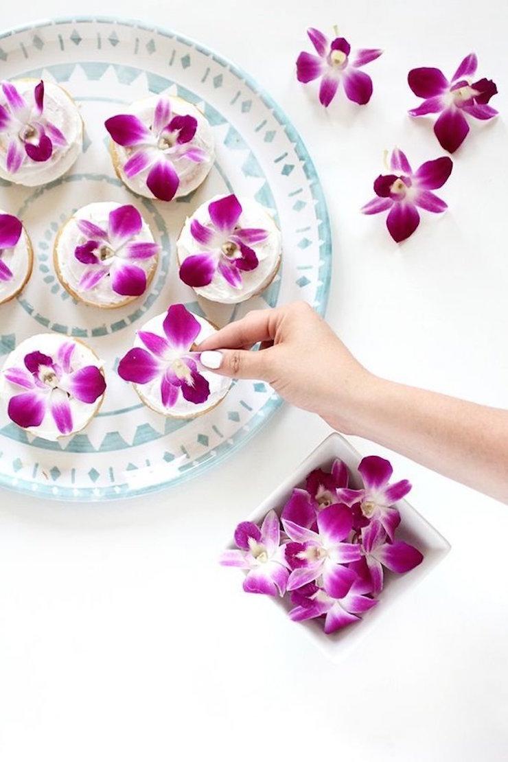 Prepare tudo para o melhor brunch que as suas visitas jia viram com estas deliciosas rosquinhas decoradas com esta flor comestível. (via I Spy DIY)  8 Projetos DIY que você pode fazer neste fim de semana 8 projetos diy voce pode fazer neste fim de semana 5